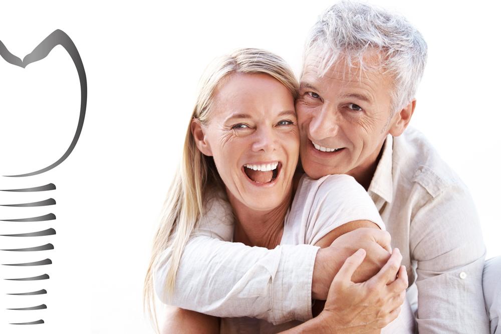 glückliches Paar mit Skizze eines Implantats