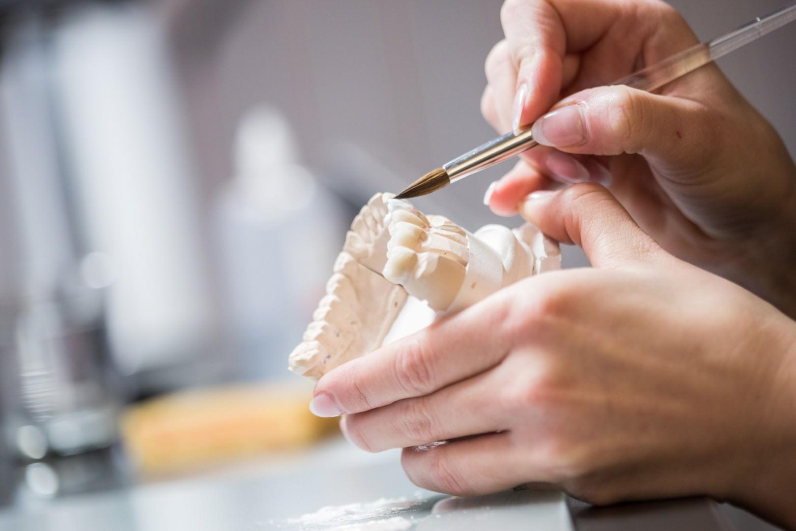 praktische Arbeit im Zahnlabor