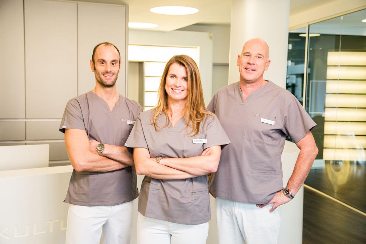Dr. Markus Bechtold, Dr. Vera Rasche, Dr. Martin Schneider an der Anmeldung