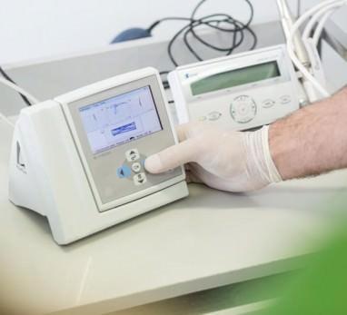 Zahnarzthand betätigt technisches Gerät mit Display