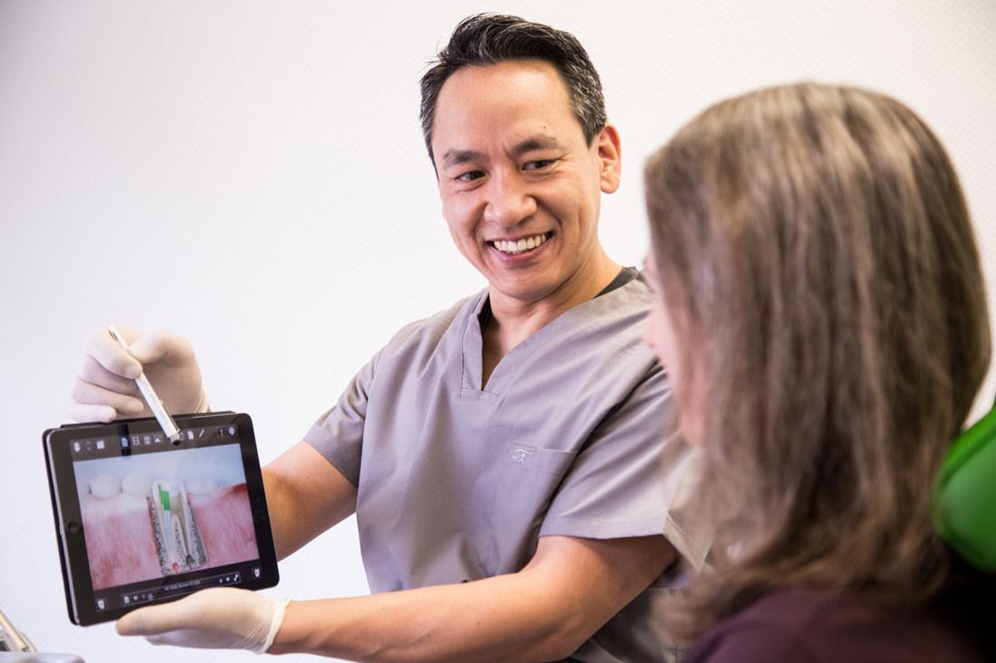 Foto von Dr. Marcus Pittrof bei Patientenberatung