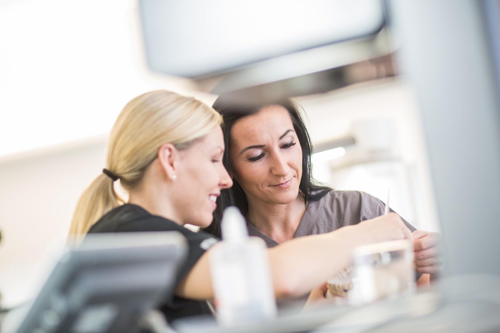 zwei Mitarbeiterinnen des Zahnlabors im Gespräch