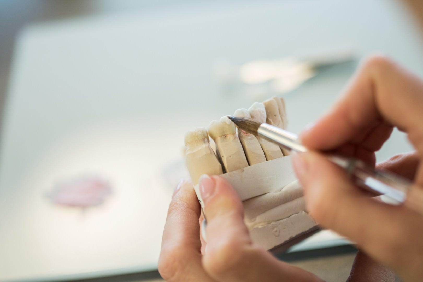 Detailarbeit im Zahnlabor