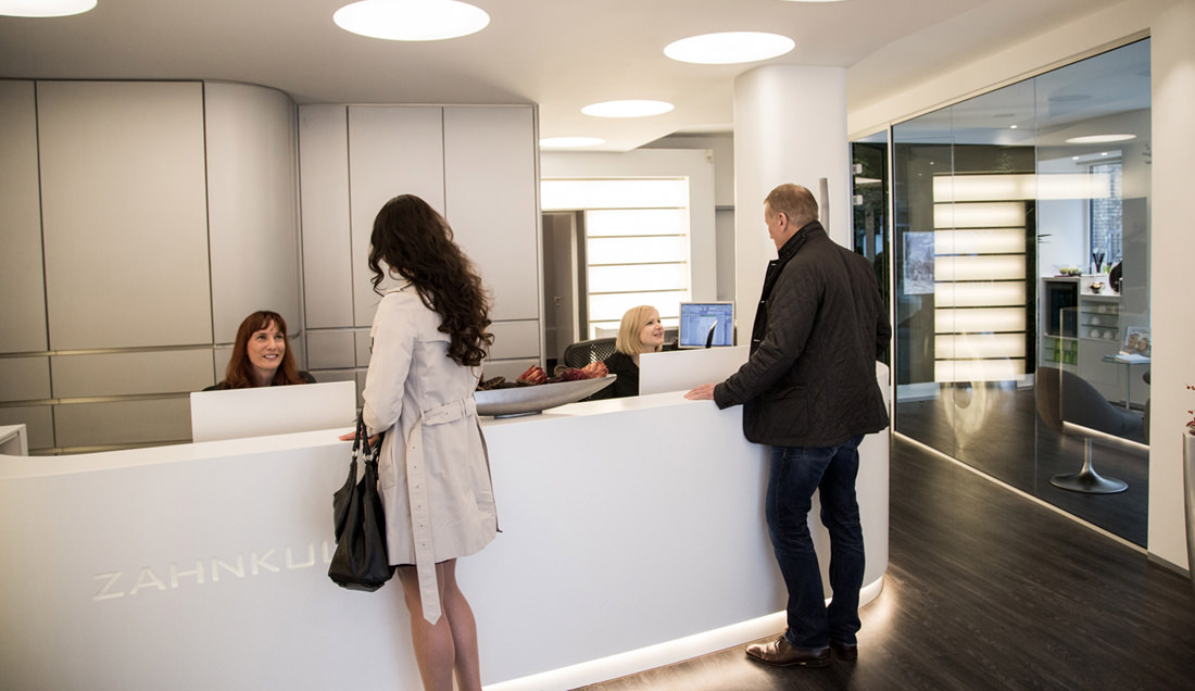 Aufnahme der Rezeption mit Patienten Zahnarzt Köln