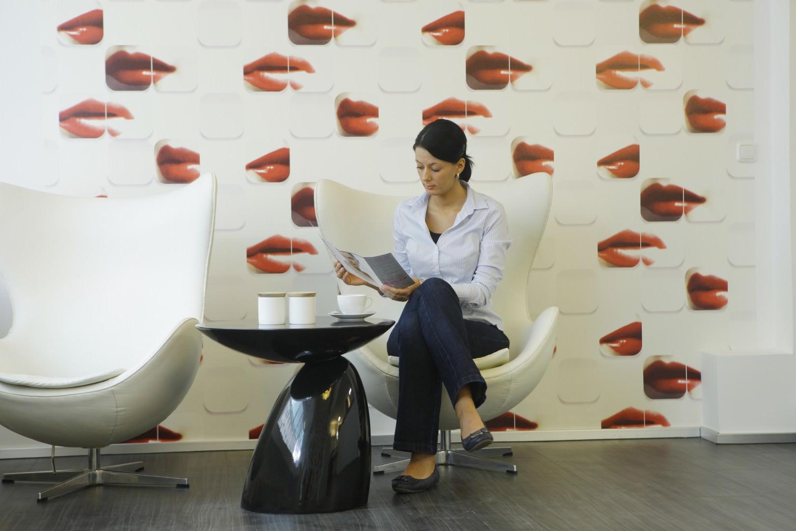 Patientin wartet im Dentallabor der Kölner Zahnarztpraxis ZAHNKULTUR)
