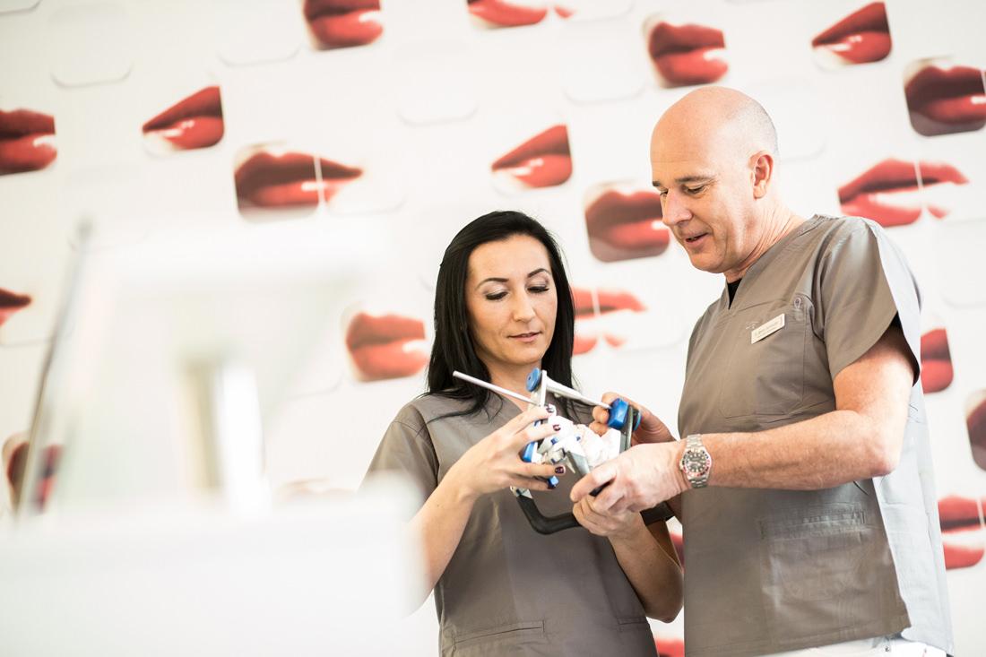 Dr. Martin Schneider mit Assistentin und Zahnmodell