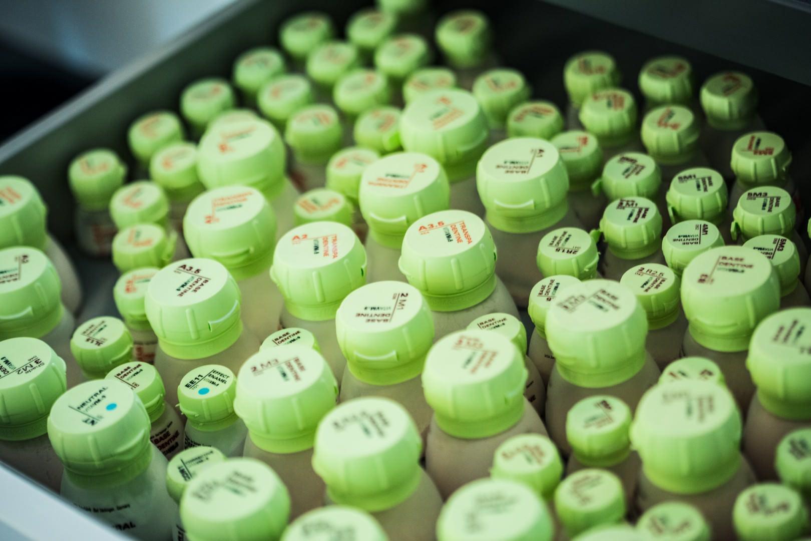 Foto von Flaschendeckeln zahntechnischen Materials