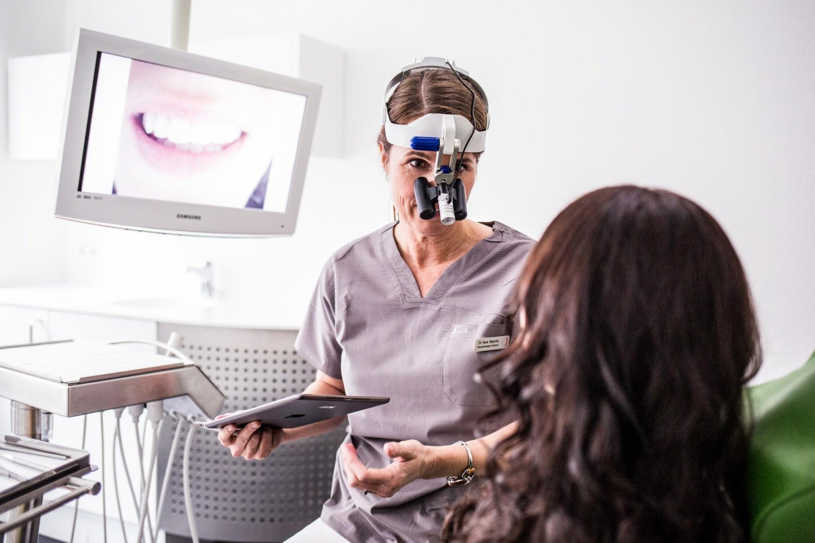 Zahnarzt Köln - Dr. Vera Rasche, Zahnärztin für ästhetische Zahnmedizin, in der Behandlung
