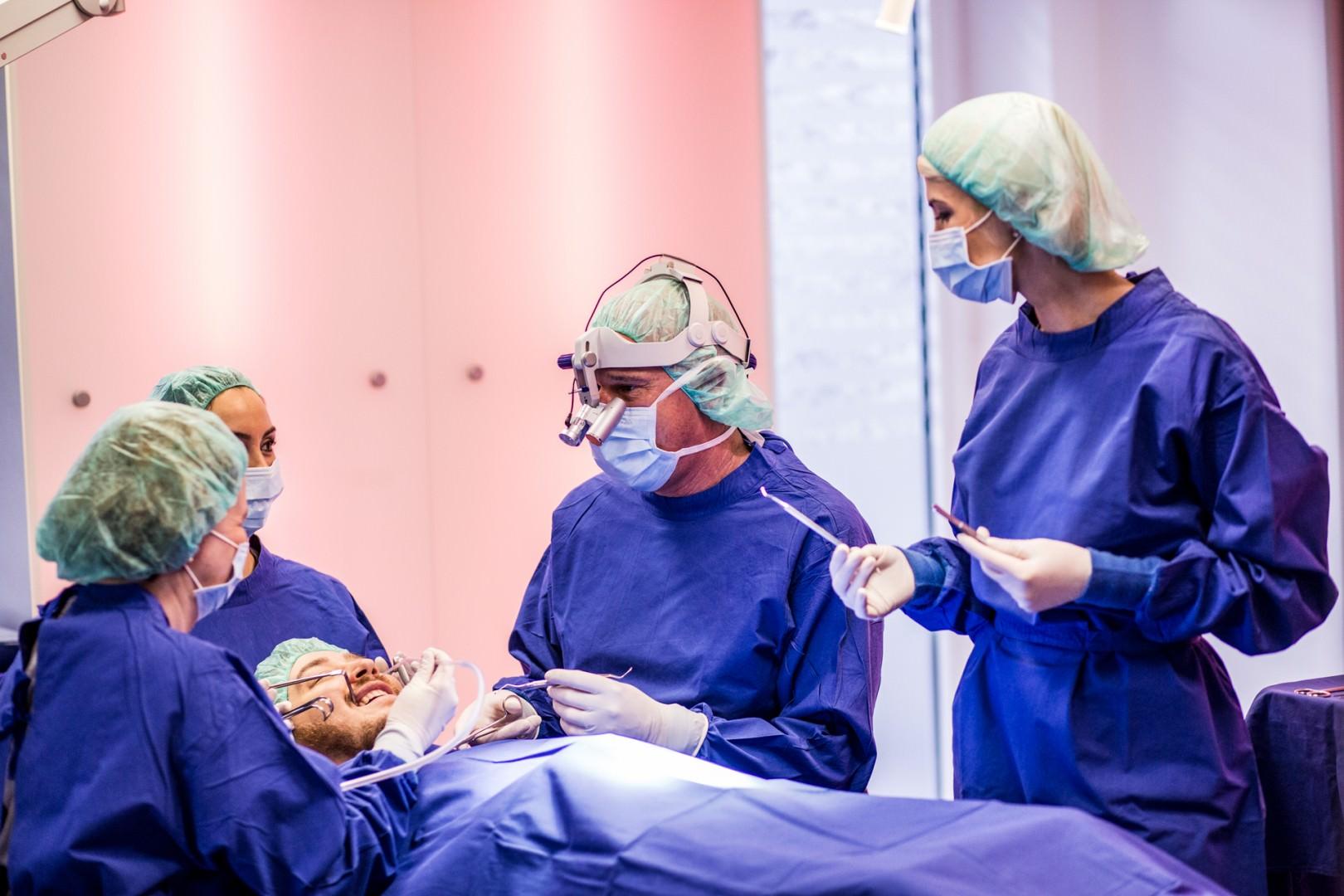 Foto des OP-Teams während der OP eines Patienten