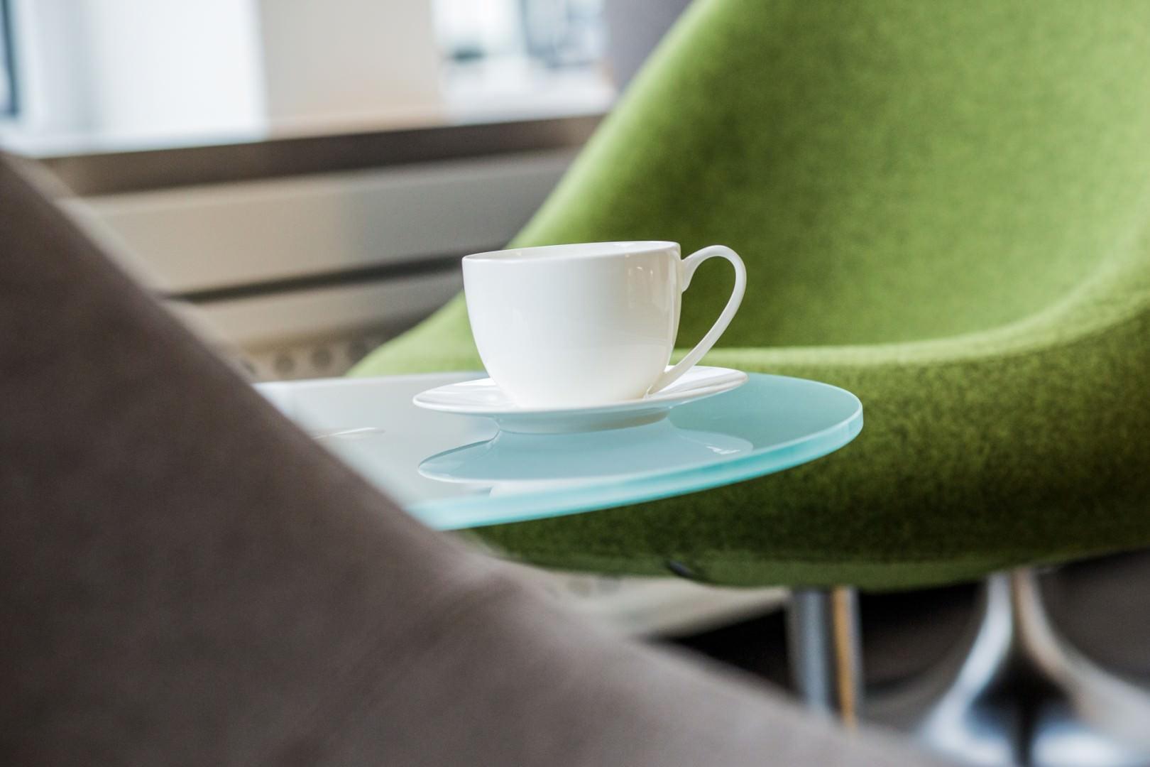 Detailaufnahme einer Kaffeetasse im Wartezimmer der Zahnarztpraxis Zahnkultur in der Kölner Innenstadt