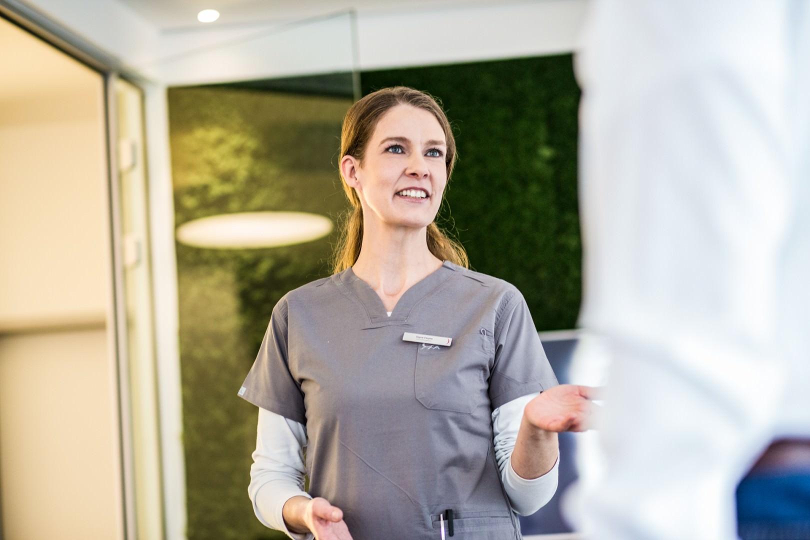 Zahnkultur Köln - Zahnärztin im Patientengespräch