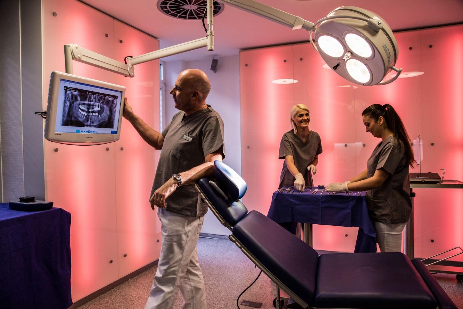 Dr. Schneider bereitet sich im OP Raum am Bildschirm auf die OP vor