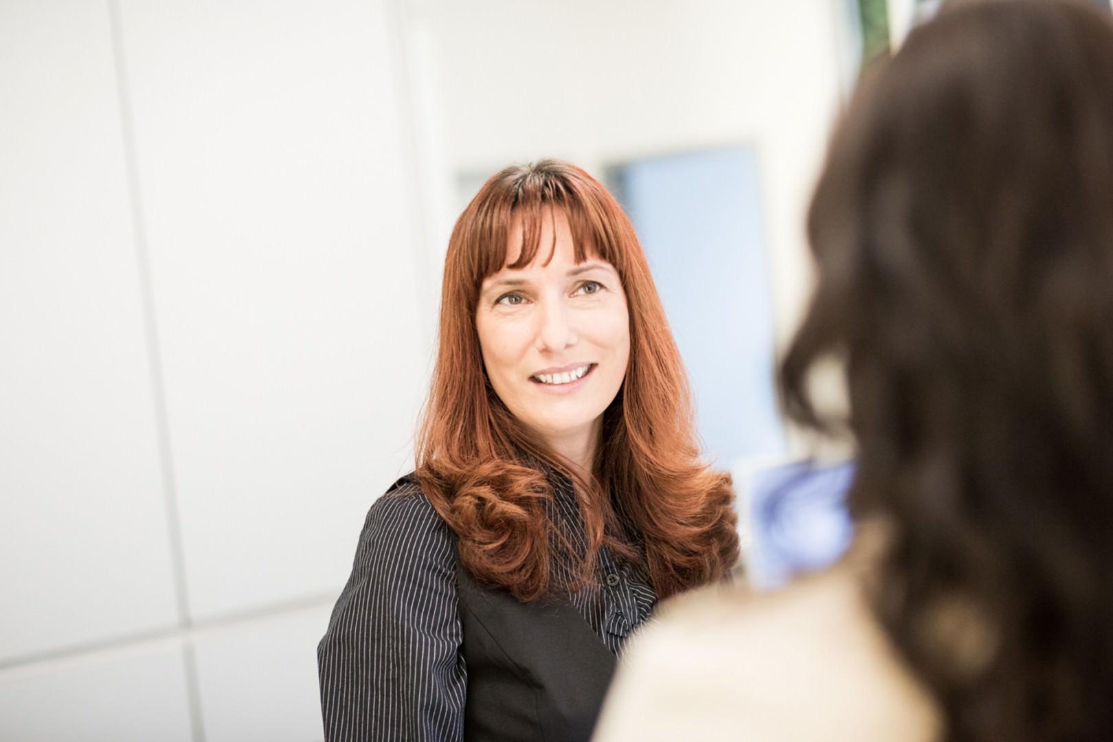 Foto von Antje Schletter, Rezeption, mit einer Patientin