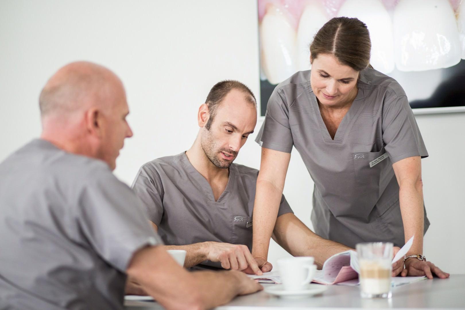 Zahnkultur Köln - Teambesprechung Dr. Martin Schneider, Dr. Markus Bechtold, Frau Dr. Rasche