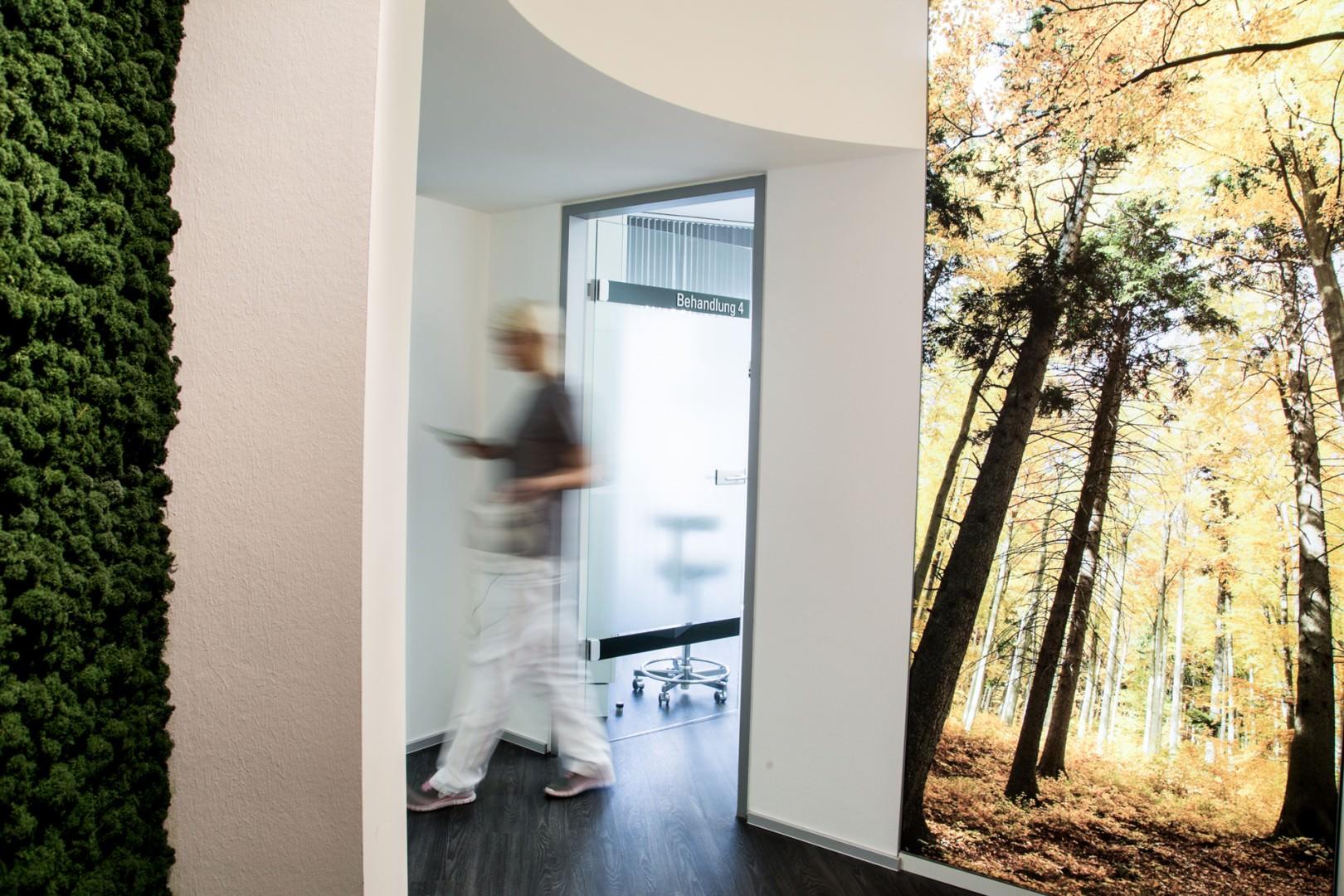 Zahnarzt Köln Blick in den Flur zum Behandlungszimmer 4 der zahnarztpraxis Zahnkultur