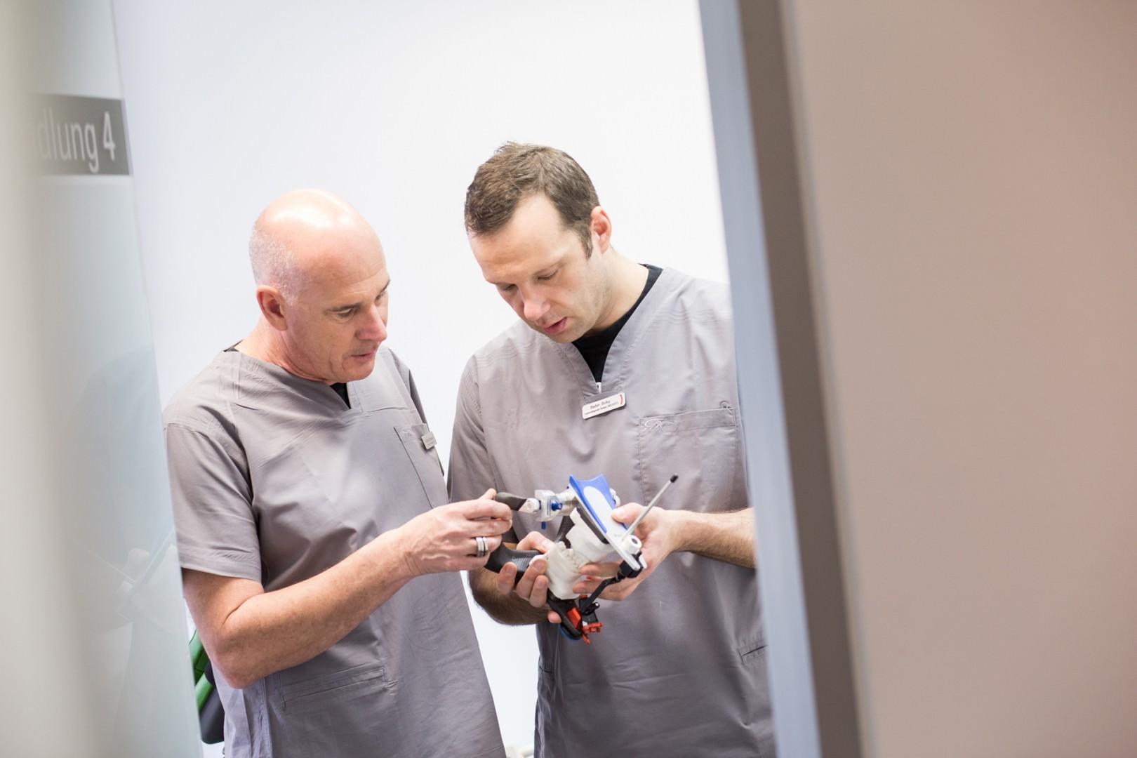 Dr. Martin Schneider und Stefan Bolky im Gespräch über ein Kiefermodell