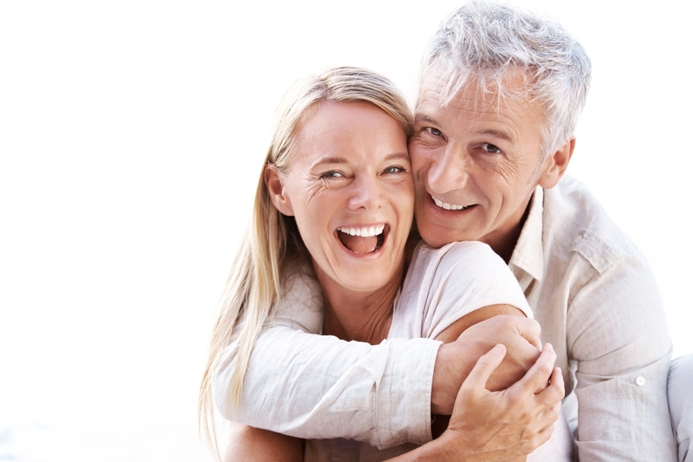 Glückliches Paar mit gesunden Zähnen