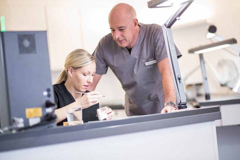 Dr. Martin Schneider im Zahnlabor mit einer Mitarbeiterin