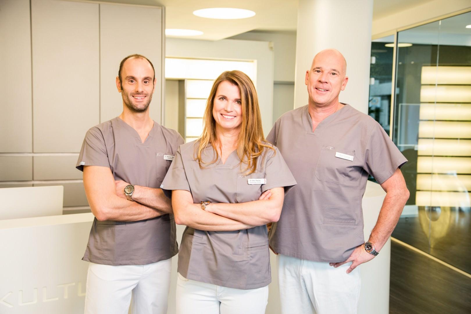 Dr. Bechtold, Frau Dr. Rasche, Dr. Schneider an der Rezeption