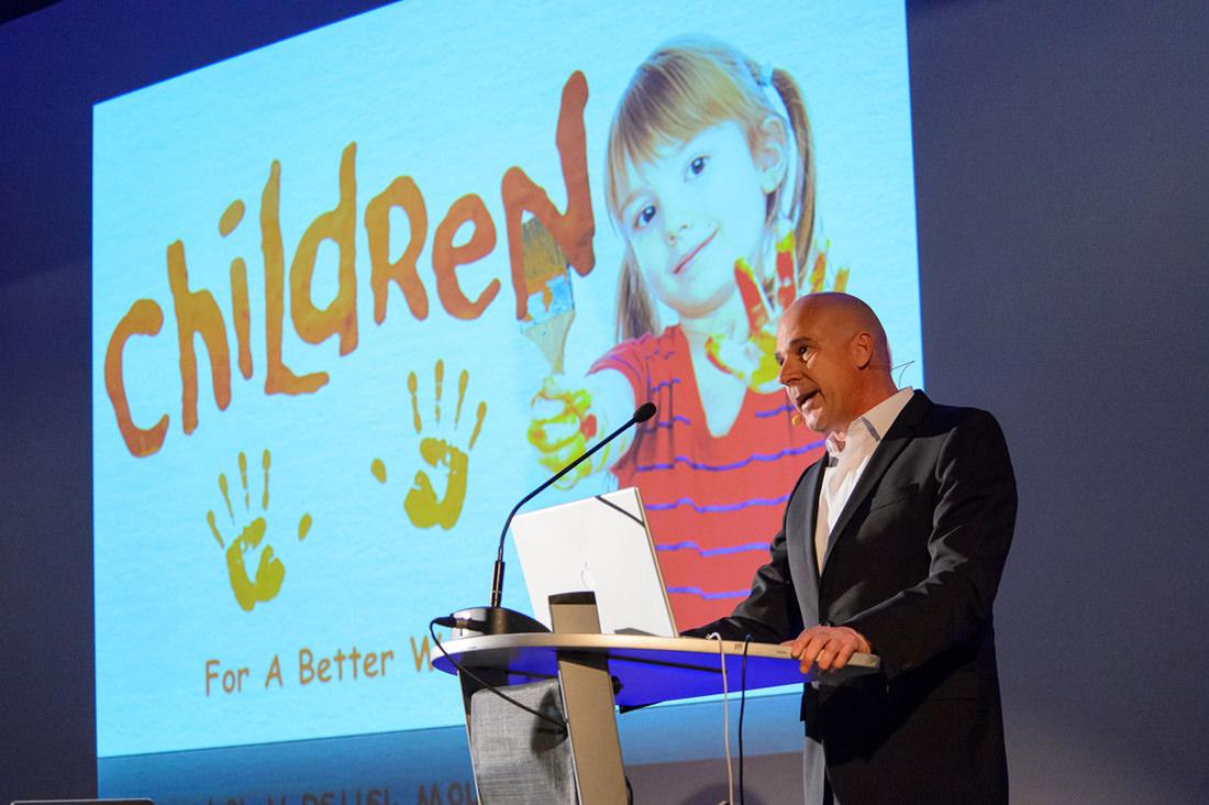 Dr. Martin Schneider während seines Vortrages für Children for a better world