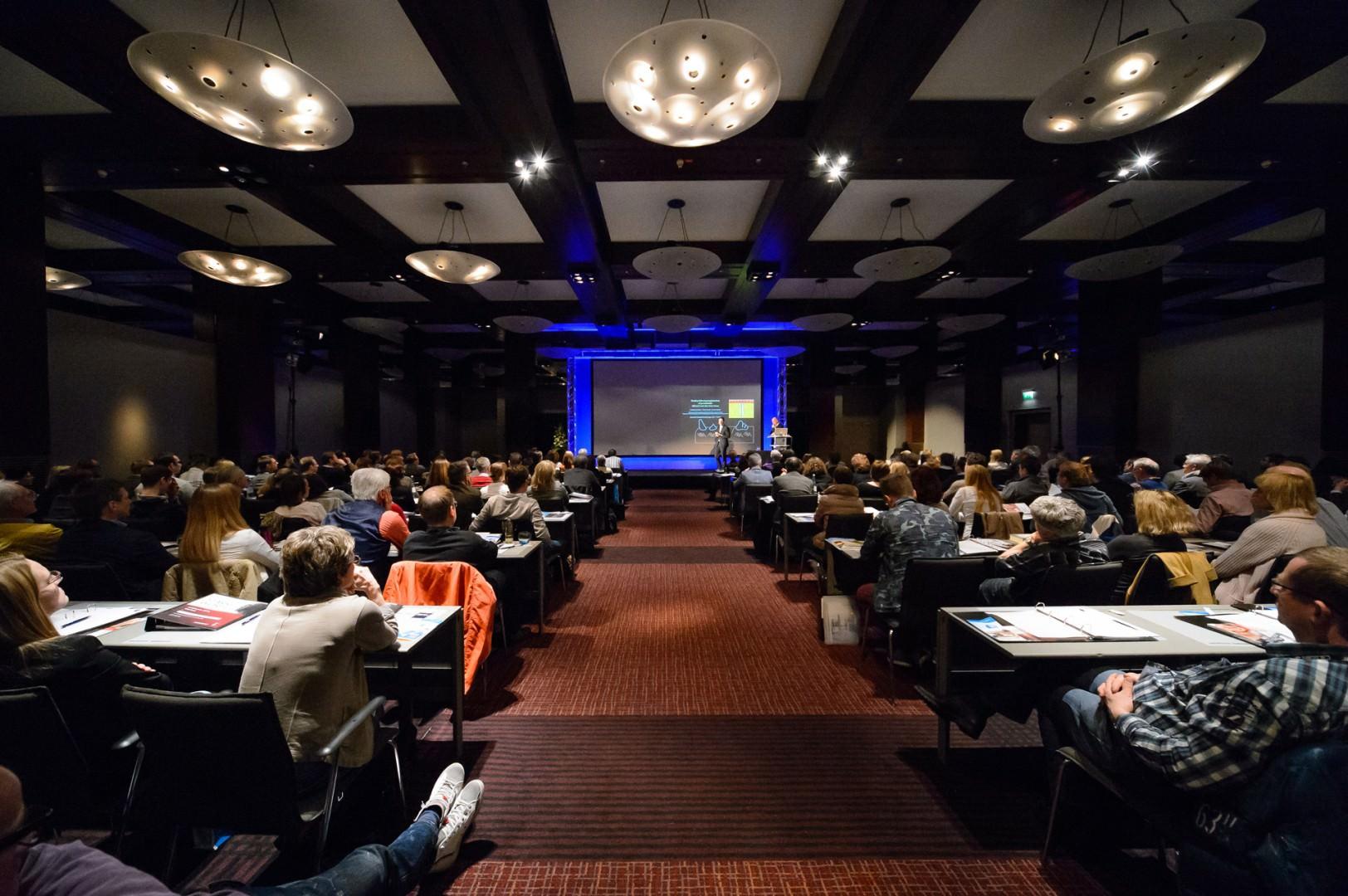 Foto des gefüllten Vortragssaales auf dem Kongress Starke Worte im März 2014