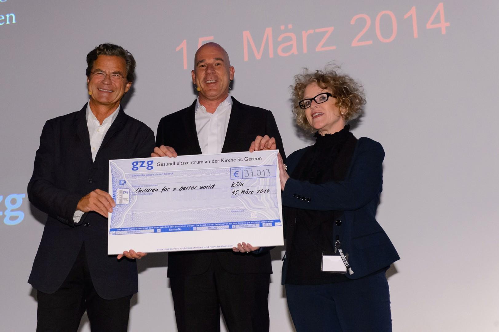 Überreichung eines Schecks in Höhe von über 30.000 Euro zugunsten Children for a better world auf dem Kongress