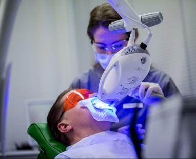 Zahnkultur Köln: Zahnärztin behandelt einen Patienten