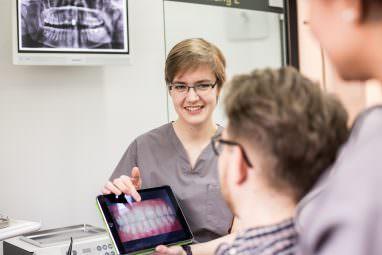 Zahnkultur Köln - Dr. Kaunisaho in der Beratung