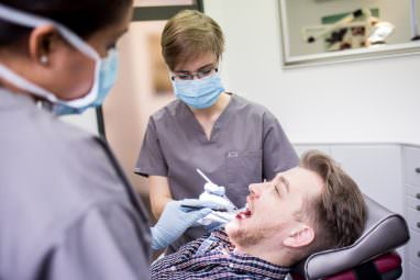 Zahnkultur Köln - Dr. Kaunisaho in der Behandlung