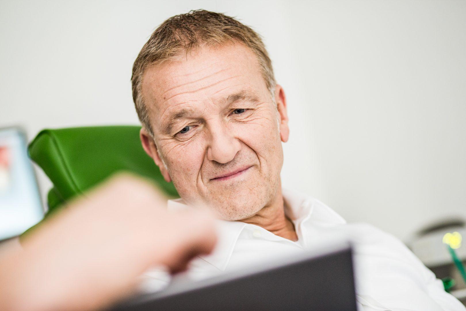 Zahnkultur Köln: Männlicher Patient in der Zahnbehandlung