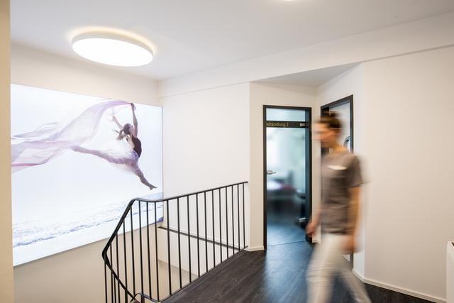 Zahnarzt Köln Blick auf Treppe der Zahnarztpraxis Zahnkultur