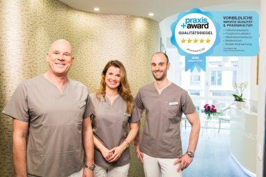 Die Gesellschafter (von links nach rechts: Dr. Schneider, Dr. Rasche, Dr. Bechtold) der Zahnarztpraxis Zahnkultur in Köln freuen sich über den Praxis Plus Award 2020